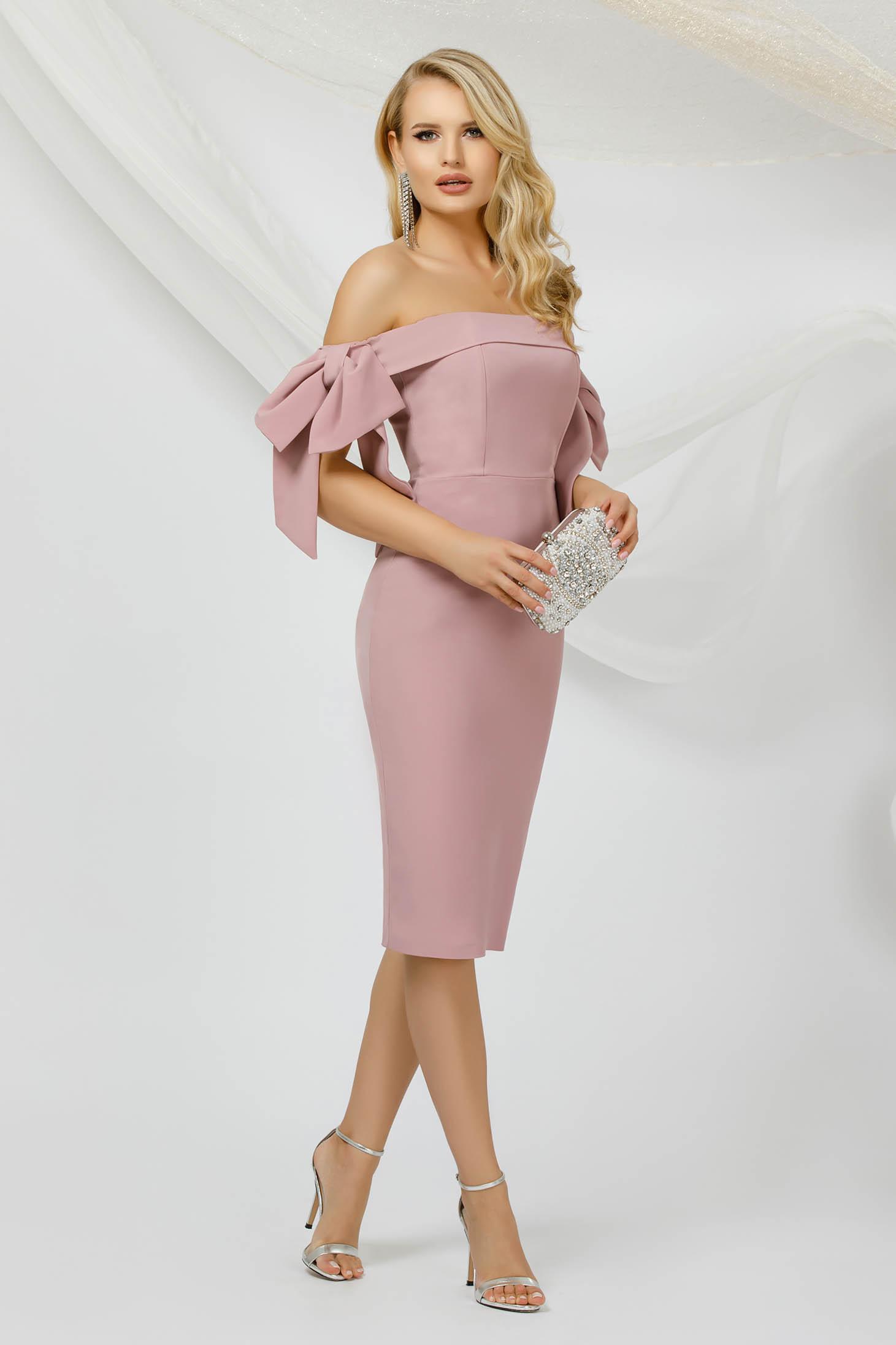 Vékony anyagú púder rózsaszínű alkalmi ceruza ruha, mely masnikkal van ellátva