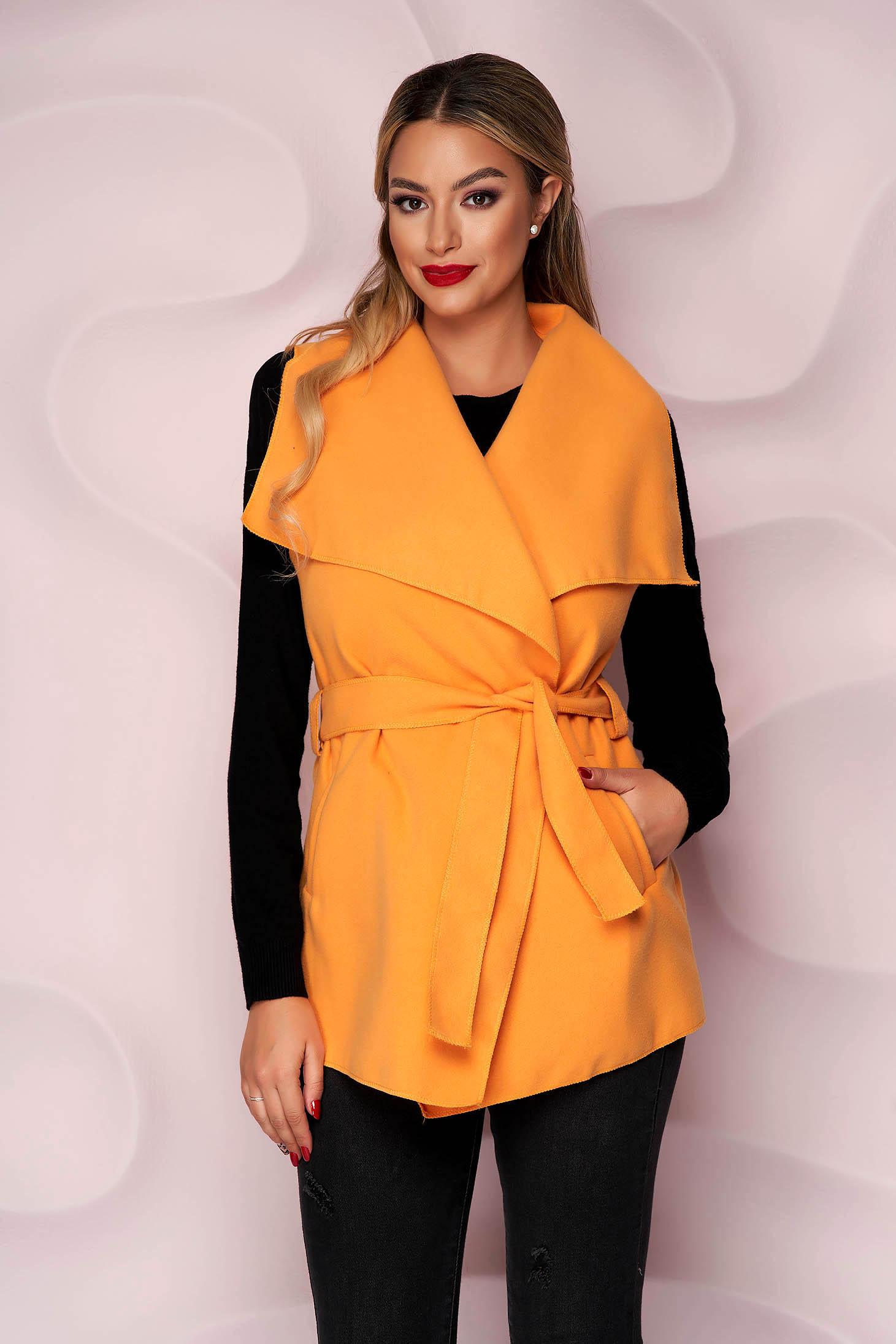 Vesta portocaliu cu buzunare laterale din material gros si fin la atingere si cordon detasabil