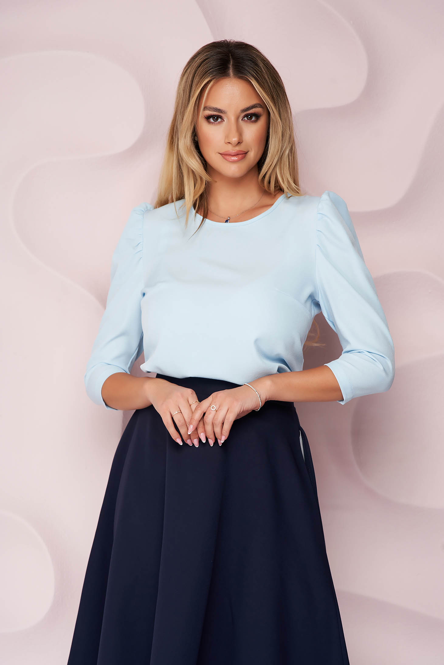 Bluza dama StarShinerS albastra-deschis office cu un croi mulat din material usor elastic cu maneci bufante