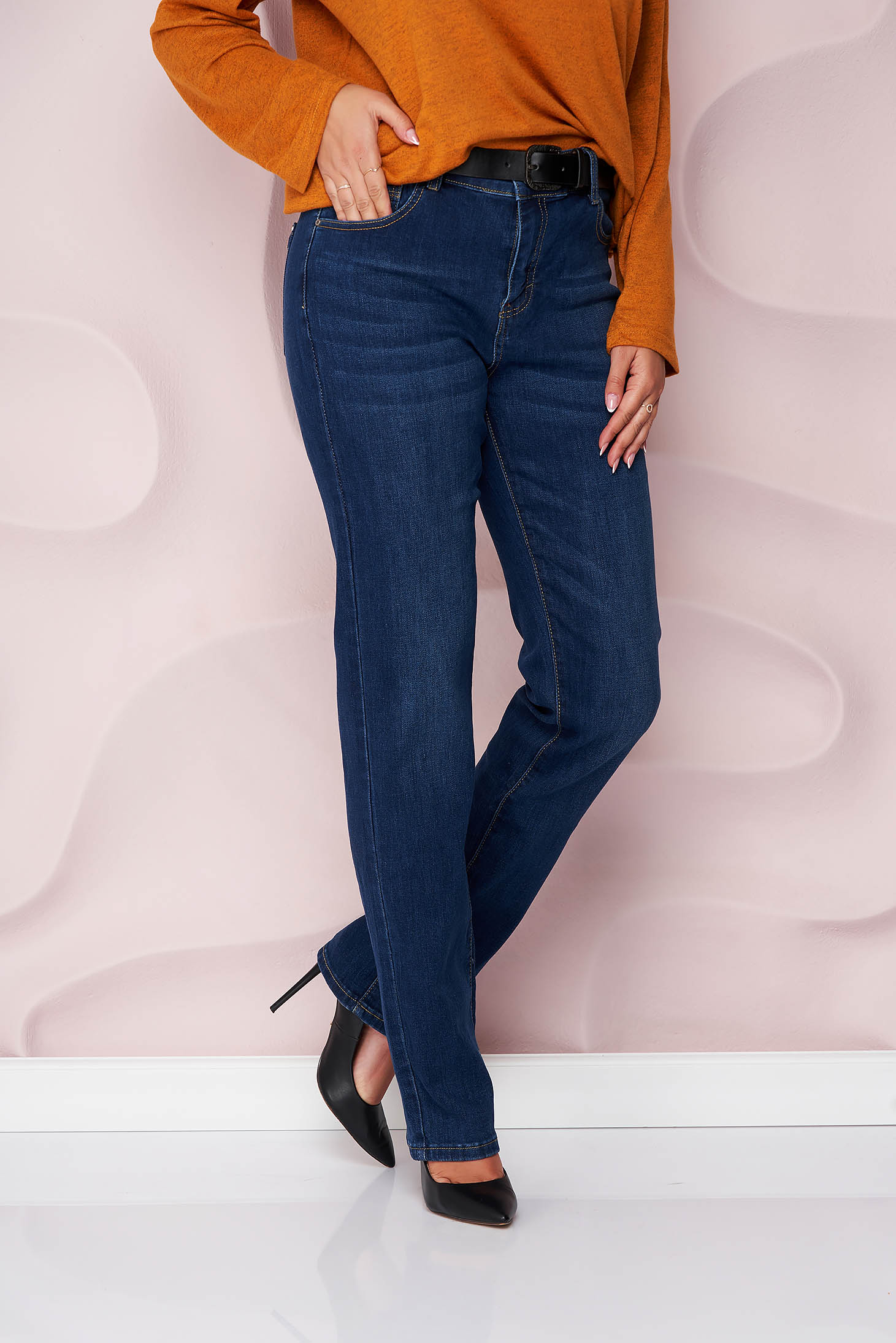 Blue jeans medium waist denim from elastic fabric with straight cut accessorized with belt