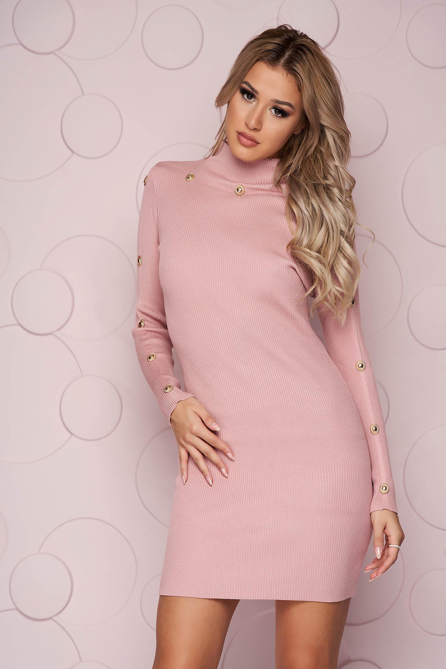 Rochie SunShine roz prafuit scurta cu un croi mulat din material tricotat accesorizata cu nasturi aurii