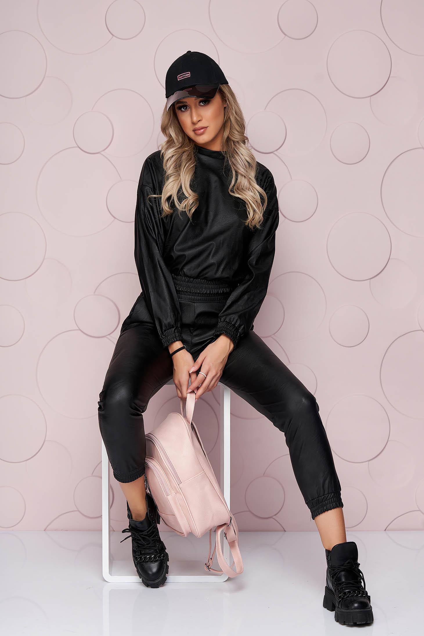 Fekete szintetikus bőr bő szabású alacsony derekú női kosztüm vékony rugalmas anyagból