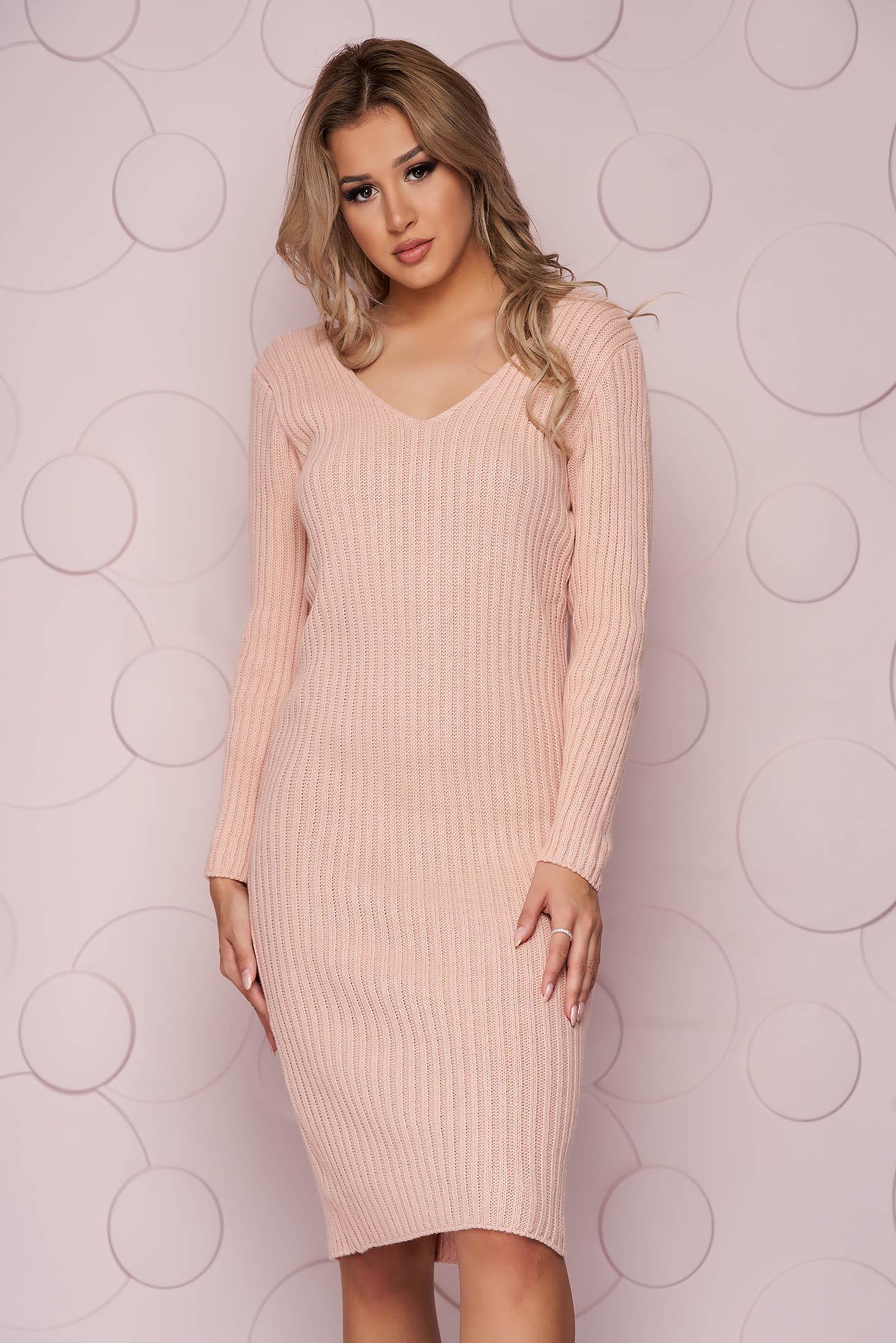 Púder rózsaszínű midi egyenes ruha kötött csíkozott és rugalmas anyagból v-dekoltázzsal