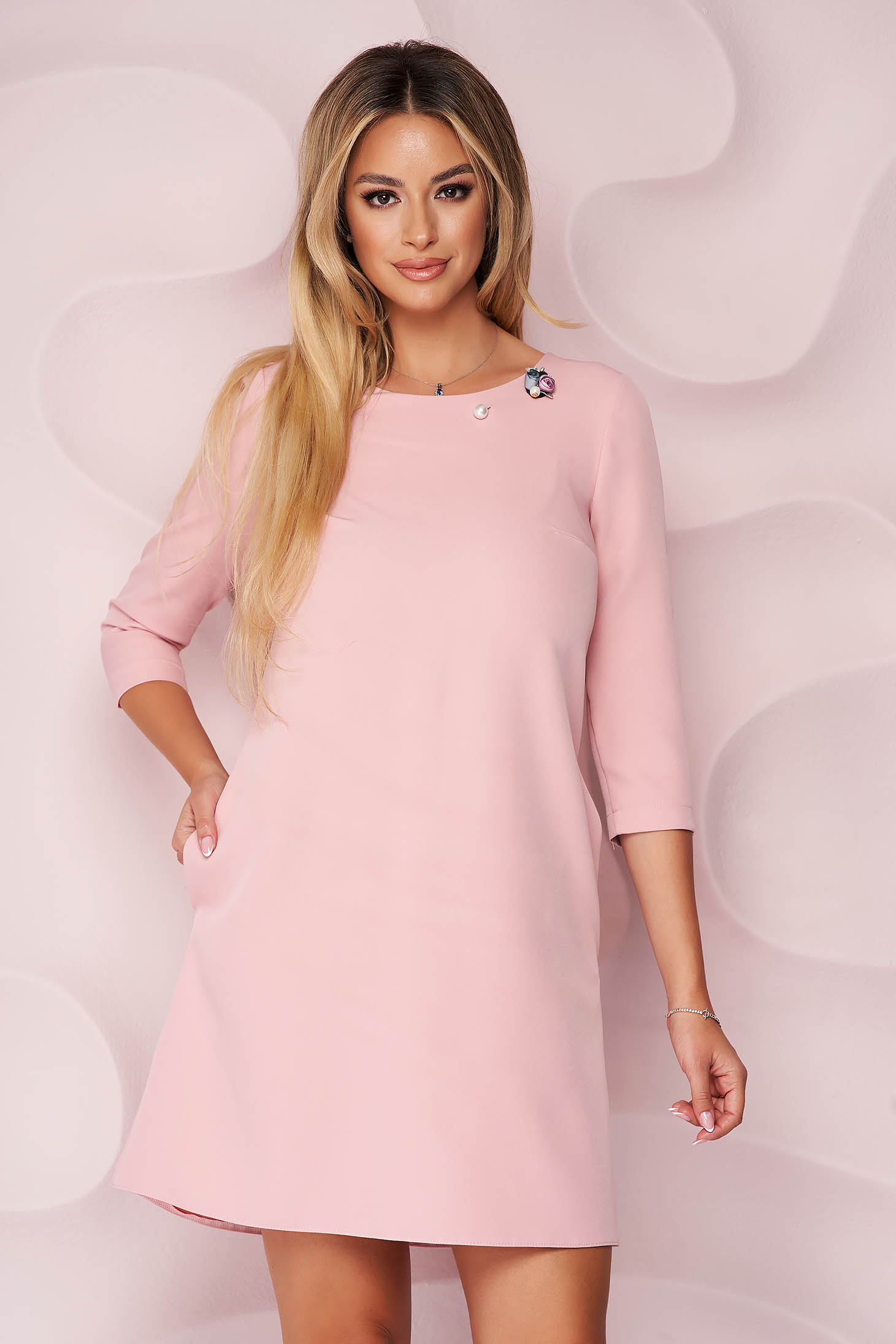 Púder rózsaszínű StarShinerS a-vonalú rövid irodai ruha bross kiegészítővel merevitett anyagból