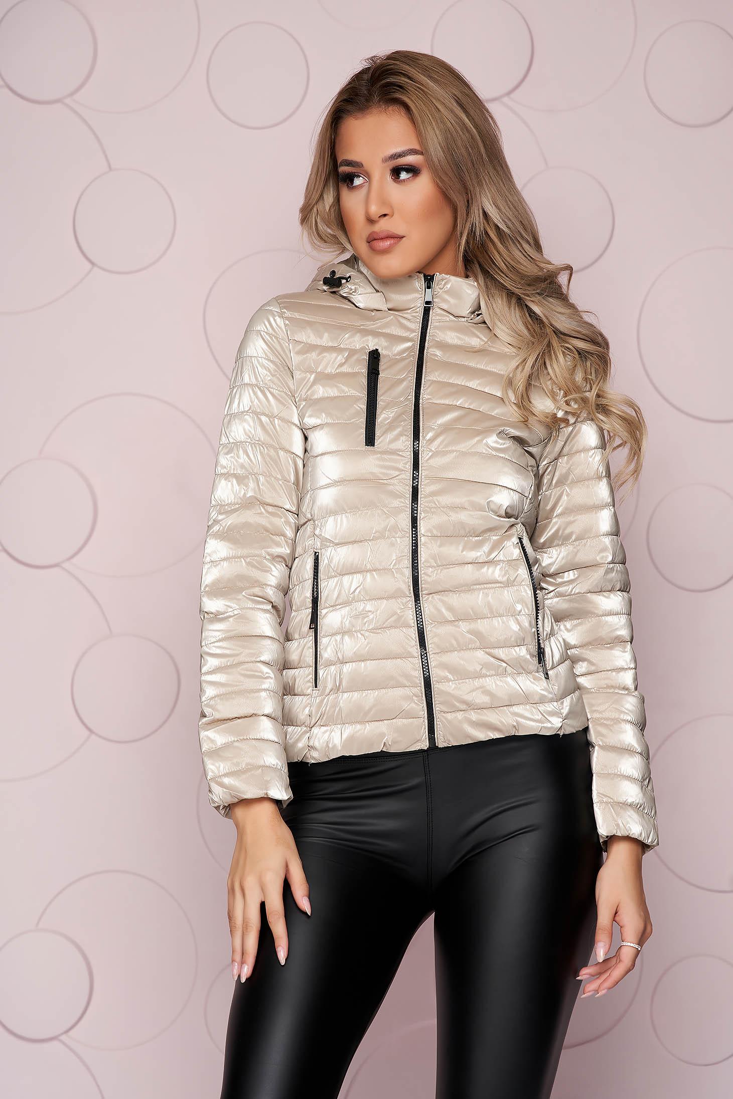 Rövid karcsusított szabású ezüstszínű dzseki steppelt fényes anyagból eltávolítható kapucnival