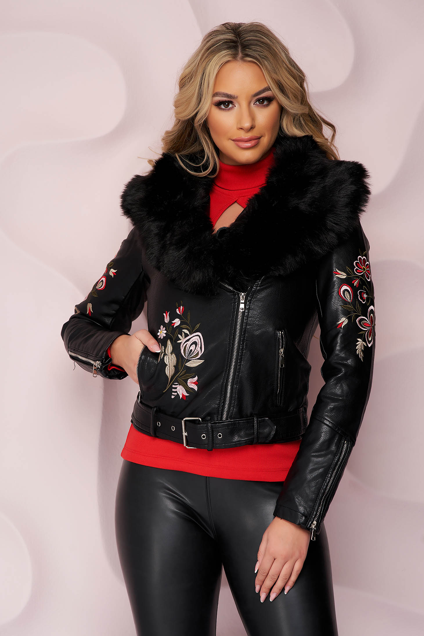 Fekete rövid szűkített szintetikus bőr dzseki virágmintás hímzéssel és műszőrme díszítéssel