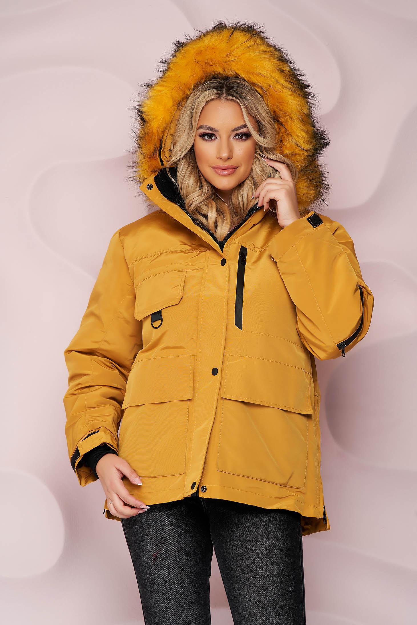 Mustársárga rövid bő szabású vízlepergető dzseki, szőrme gallérral és derékban zsinórral