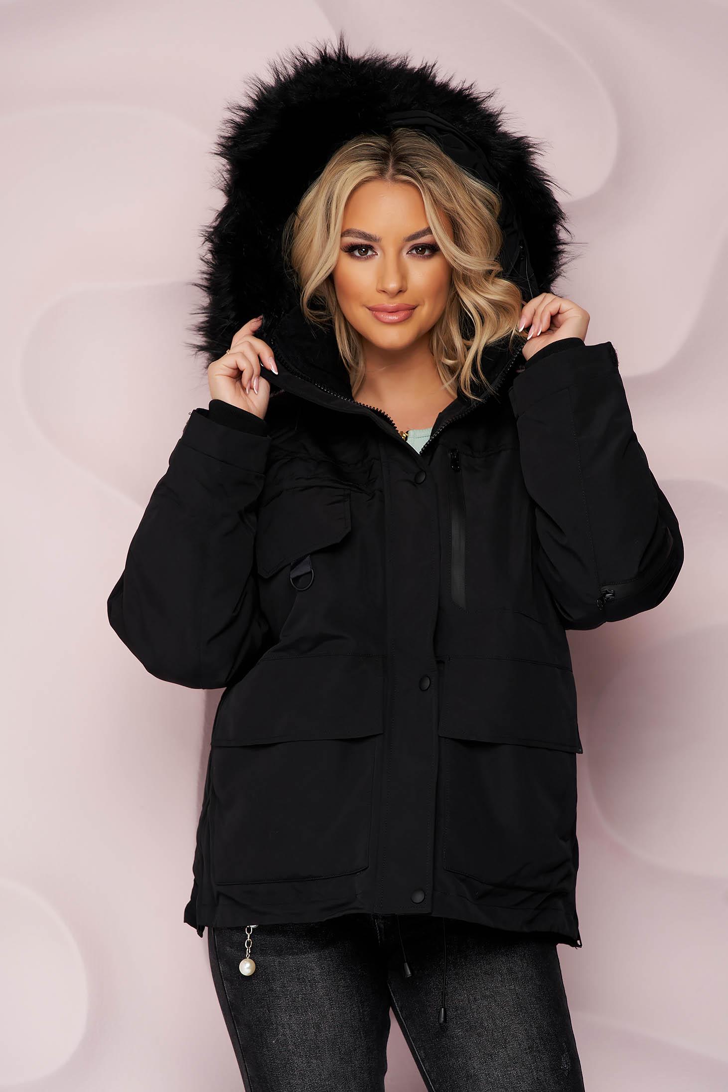 Fekete rövid bő szabású vízlepergető dzseki, szőrme gallérral és derékban zsinórral