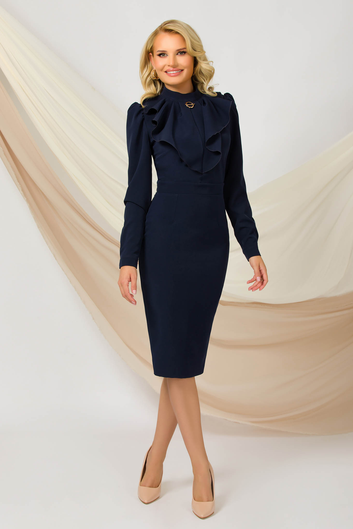 Rochie PrettyGirl albastru-inchis office midi tip creion din material subtire si usor elastic accesorizata cu brosa la guler