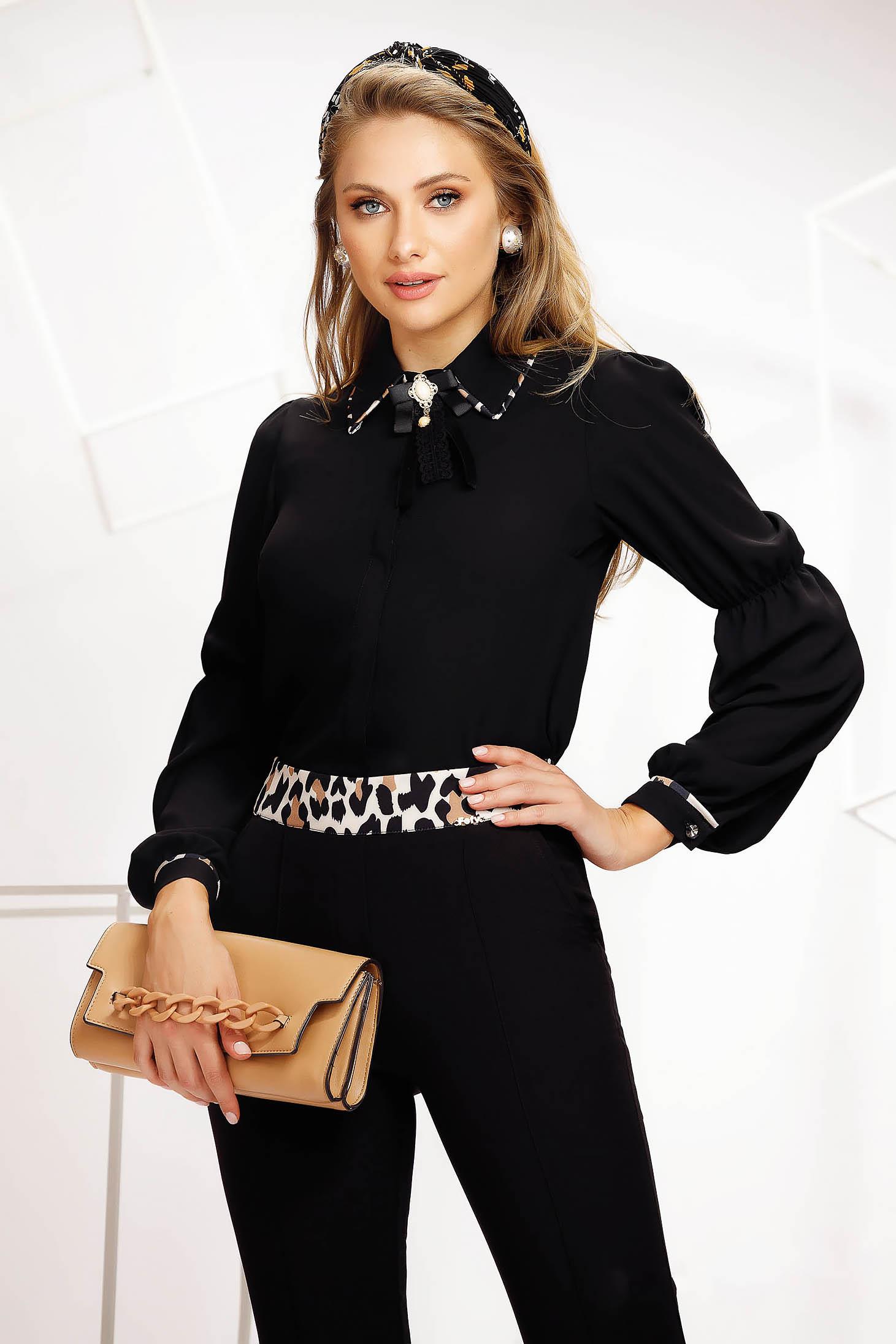 Fekete női blúz irodai egyenes szabású merevitett anyag állatmintás bross kiegészítővel