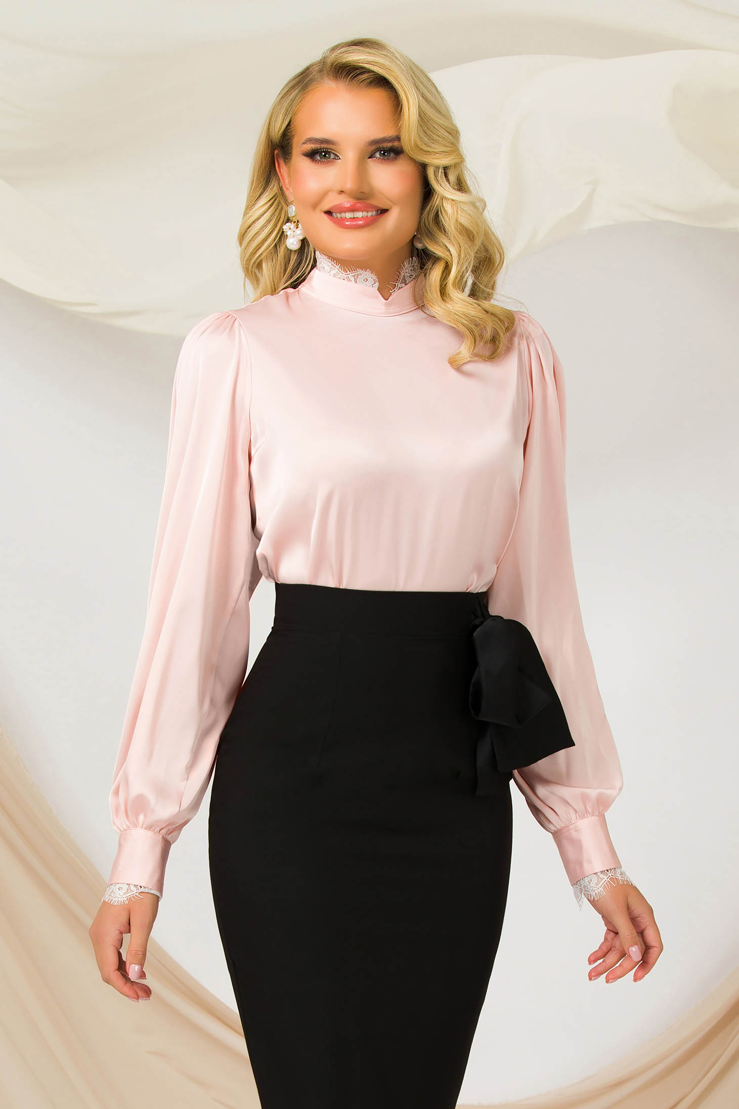 Bluza dama PrettyGirl roz deschis office cu un croi drept din material satinat elastic cu maneci bufante si aplicatii de dantela