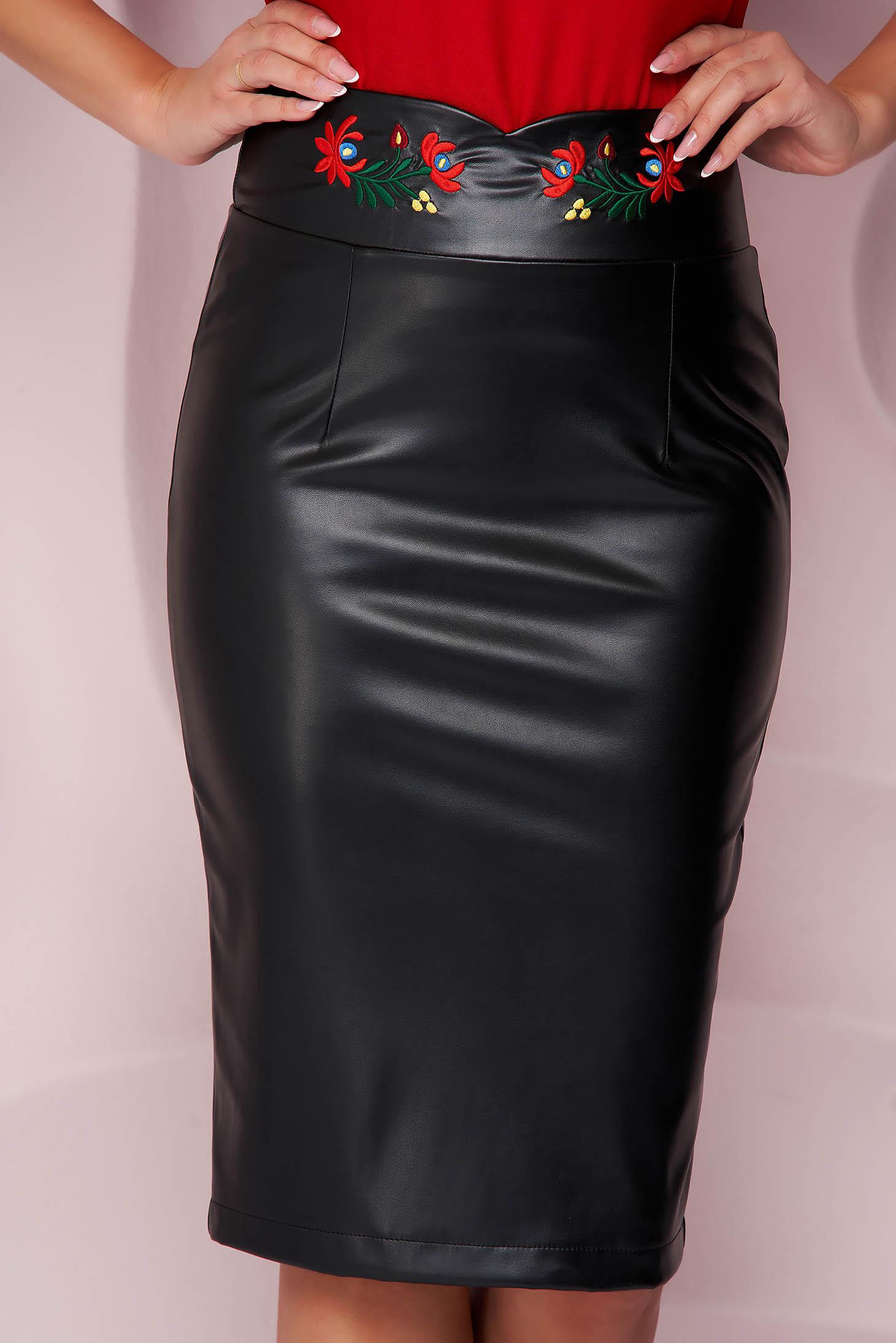 Fekete StarShinerS irodai midi magas derekú szoknya, szintetikus bőröl, rugalmas anyagból virágos hímzésel